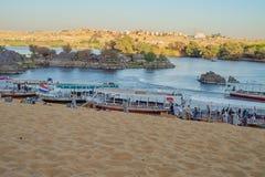 Touristen, die auf dem Ufer des Nils nahe Jazirat Salujah ausschiffen stockbild