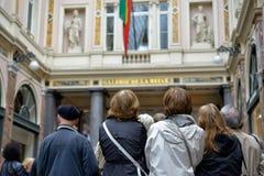 Touristen, die auf den Führer hören Stockbild