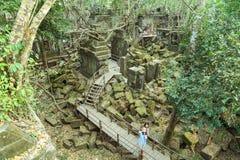 Touristen, die auf den Gehweg in Beng Mealea-Ruine gehen Stockbilder