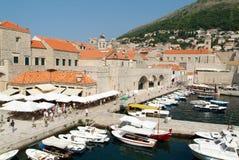Touristen, die auf den Hafen von Dubrovnik gehen Stockfotos
