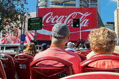 Touristen, die auf der Plattform des Hopfenauf- Hopfens weg von Stadt sightseein sitzen Stockfotos