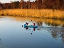 Touristen, die auf die Region Fluss Kovash Leningrad mit dem Kajak schwimmen lizenzfreie stockbilder