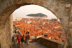 Touristen, die auf die Stadtmauern von Dubrovnik gehen Lizenzfreies Stockbild