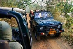 Touristen, die auf eine Tigersafari, Nationalpark Ranthambore, Ind gehen Lizenzfreies Stockbild