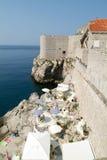 Touristen, die auf einem Restaurant an der Küste von Dubrovnik sitzen Lizenzfreies Stockbild