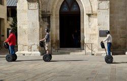 Touristen, die auf einem Segway-Ausflug besichtigen Lizenzfreies Stockbild