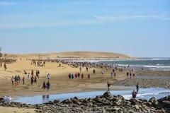 Touristen, die auf einen Strand auf Insel Gran gehen Canaria (großartiger Kanarienvogel), zwischen Maspalomas und Playa Del Ingle stockbild