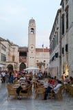 Touristen, die auf einer Bar an der berühmten Placa-Straße von Dubrovn trinken Lizenzfreie Stockfotos