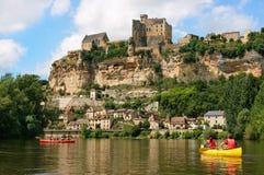 Touristen, die auf Fluss Dordogne in Frankreich Kayak fahren Lizenzfreies Stockfoto
