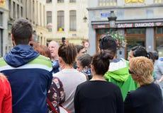 Touristen, die auf ihren Führer auf Grand Place hören Stockfoto