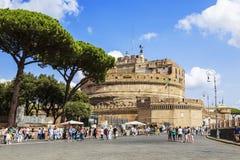 Touristen, die auf Kai des Tibers nahe Castel Sant-` Angelo gehen, in Rom, Stockfotografie
