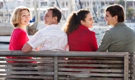 Touristen, die auf Seefront sich entspannen Stockbilder