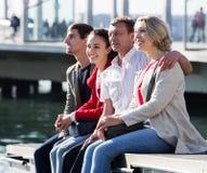 Touristen, die auf Seefront sich entspannen Lizenzfreie Stockfotografie