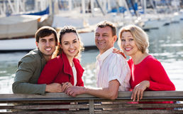 Touristen, die auf Seefront sich entspannen Lizenzfreie Stockfotos