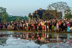Touristen, die auf Sonnenaufgang bei Angkor Wat warten Stockbild
