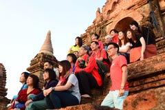 Touristen, die auf Sonnenaufgang an Tempel 761 warten Bagan myanmar Stockbild