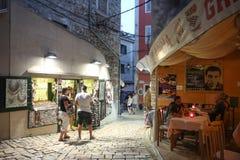 Touristen, die auf Straße in Rovinj gehen Stockbild