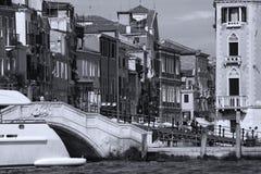 Touristen, die auf Venedig-Brücke, Italien gehen Lizenzfreie Stockfotografie