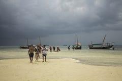 Touristen, die aus den Booten heraus ausschiffen Exkursions-Blau-Safari zanzibar stockfotos