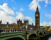 Touristen, die über Westminster-Brücke gehen Lizenzfreie Stockbilder