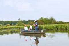 Touristen, die in Boot in Briere-Sumpf, Frankreich schwimmen Stockbilder
