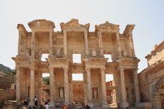 Touristen, die Celsus Bibliothek Ephesus bewundern Stockbild