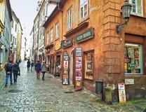 Touristen, die in Cesky Krumlov gehen Stockfotografie