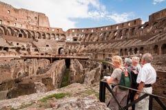 Touristen, die Colosseum in Rom besichtigen Stockbilder