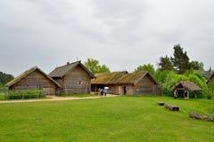 Touristen, die das alte Blockhaus im Pushkin Mikhailovskoe besichtigen Stockbilder