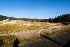 Touristen, die das alte zuverlässige Ausbrechen in Yellowstone Nationalpark aufpassen lizenzfreie stockfotografie