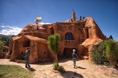 Touristen, die das ` ` Casa de Teracota in Villa de Leyva Colom besuchen Lizenzfreie Stockbilder