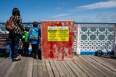 Touristen, die das Meer vom piet bei Llandudno aufpassen Lizenzfreies Stockfoto