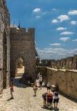 Touristen, die das mittelalterliche Schloss von Carcassonne, Frankreich besuchen Lizenzfreies Stockfoto