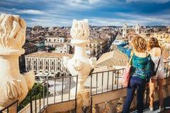 Touristen, die das Panorama der Stadt von Catania aufpassen Lizenzfreies Stockbild