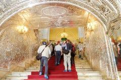 Touristen, die das Talar e Brelian glänzender Hall betreten Golestan Palast lizenzfreie stockfotos
