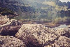 Touristen, die in den Bergen stillstehen stockfoto