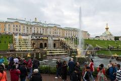 Touristen, die den großartigen Peterhof-Palast, die großartige Kaskade, der Samson-Brunnen besichtigen St Petersburg, Russland Lizenzfreies Stockfoto