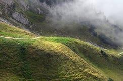 Touristen, die in den nebeligen Bergen wandern stockbilder