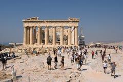 Touristen, die den Parthenon besichtigen lizenzfreies stockbild
