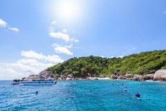 Touristen, die in den Similan-Inseln in Thailand schnorcheln Stockbilder
