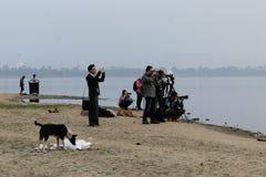 Touristen, die den Sonnenaufgang über U-Beinbrücke gefangennehmen Lizenzfreie Stockfotografie