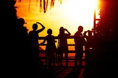 Touristen, die den Sonnenuntergang auf die Oberseite der Zuckerhut überwachen lizenzfreie stockbilder