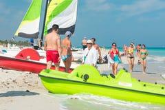 Touristen, die den Strand in Varadero in Kuba genießen Lizenzfreies Stockbild