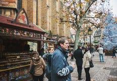 Touristen, die den Weihnachtsmarkt, Frankreich Colmar bewundern Stockfoto