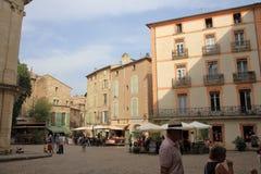 Touristen, die in den zentralen Platz der französischen Stadt von Pezenas, Frankreich schlendern Stockbild