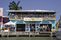 Touristen, die in der Belize-Stadt, Belize Partying sind Stockbild