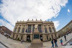 Touristen, die in der historischen Mitte von Torino (Turin durchstreifen, Italien) Fassade von Palazzo Madama in Piazz lizenzfreies stockbild