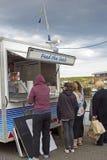 Touristen, die Dichtungen Lebensmittel in Eyemouth in Schottland kaufen 07 08 2015 Lizenzfreies Stockfoto