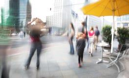 Touristen, die in die Stadt gehen Lizenzfreies Stockbild