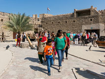 Touristen, die Dubai-Museum in Al Fahidi Fort-Hof besichtigen Stockfoto